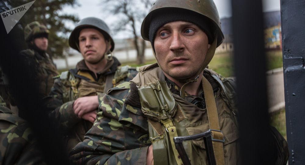 Ukraińscy wojskowi na terytorium bazy wojskowej w wiosce Pierwalnoje niedaleko Symferopolu