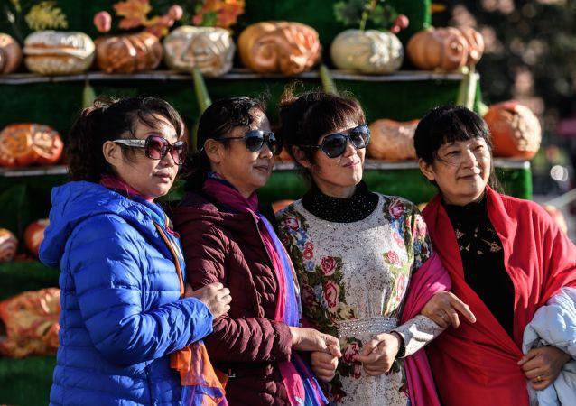 Zagraniczni turyści na festiwalu Złota Jesień w Moskwie