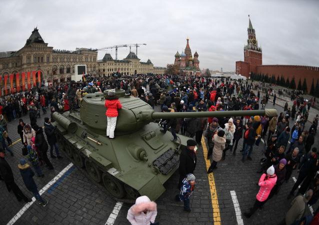 Czołg na Placu Czerwonym, gdzie przeszedł marsz poświęcony 76. rocznicy wojskowej parady 1941 r.
