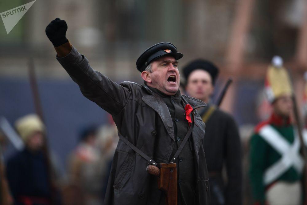 Uczestnik marszu poświęconego 76. rocznicy wojskowej parady 1941 r.
