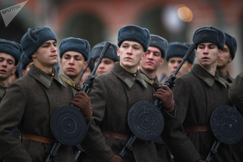 Żołnierze podczas marszu poświęconego 76. rocznicy wojskowej parady 1941 r.