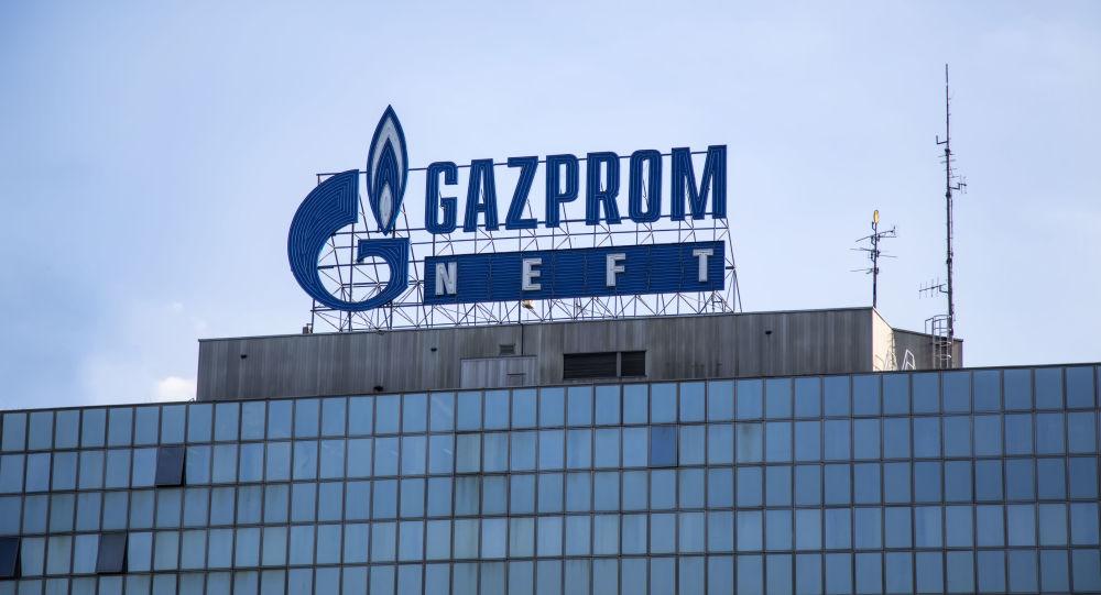Logotyp Gazpromu w Belgradzie