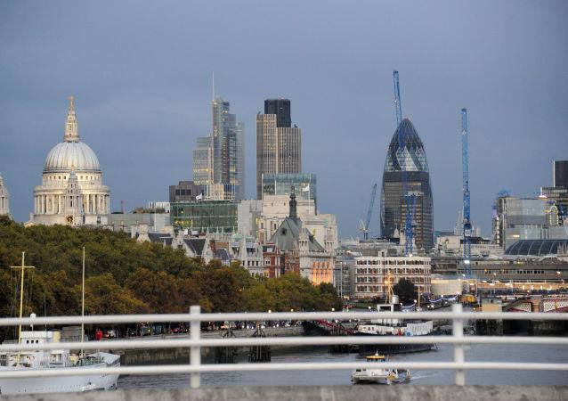 Widok na miasto London z mostu Waterloo