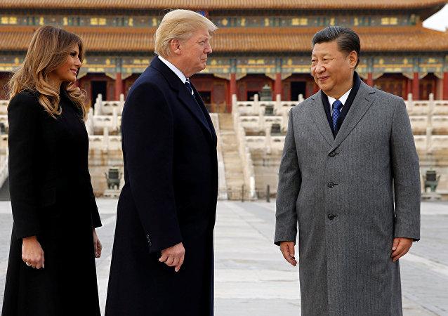 Donald Trump z żoną Melanią podaczas wizyty w Сhinach. Na zdjęciu z przewodniczącym ChRL Xi Jinpingiem, 8 listopada 2017.