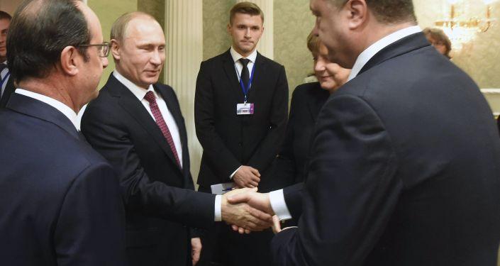 Prezydent Rosji Władimir Putin ściska rękę prezydentowi Ukrainy Petrowi Poroszence na spotkaniu w Mińsku. 11.02.2015