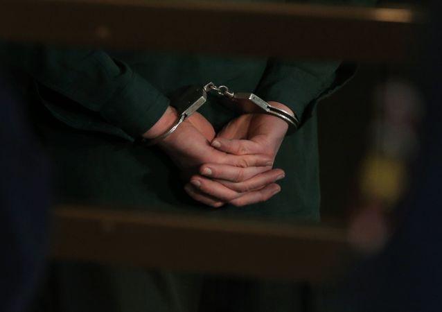 Więzień w kajdankach
