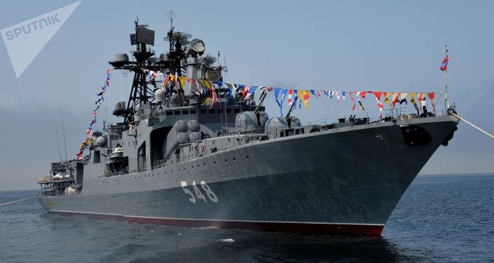 """Duży okręt do zwalczania okrętów podwodnych """"Admirał Pantelejew"""" podczas cumowania w porcie we Władywostoku"""