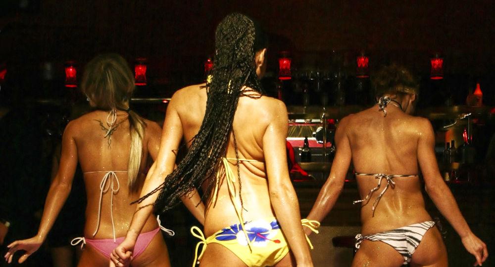 Czarny striptizerka uprawia seks