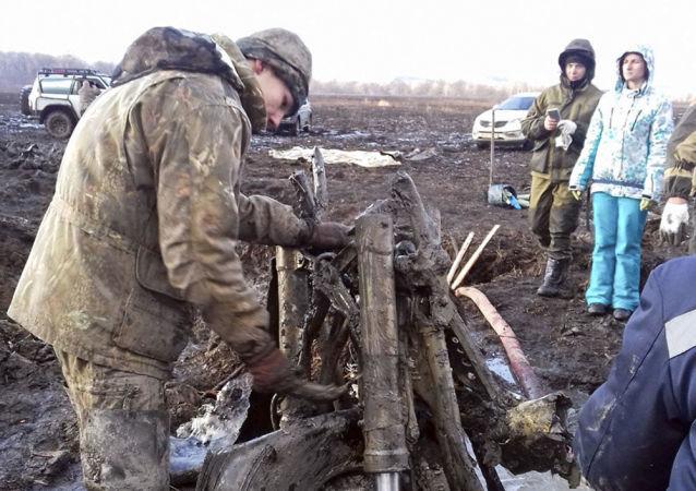 """Pozostałości bombowca nurkującego Pe-2, który rozbił się w 1945 roku, wyciągnięte z bagna przez stowarzyszenie """"Awiapoisk"""" w Kraju Nadmorskim"""