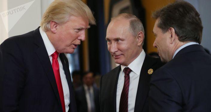 Prezydent USA Donald Trump i prezydent Rosji Władimir Putin podczas przerwy w posiedzeniu roboczym liderów gospodarek APEC