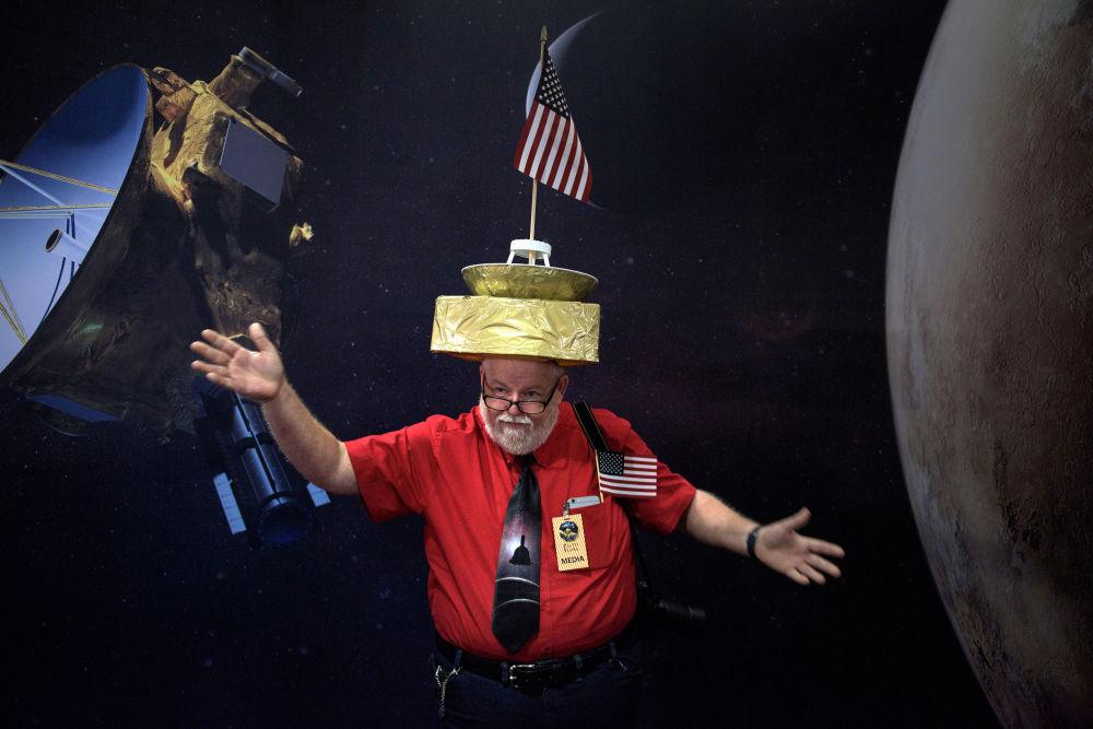 Francis Murphy w kapeluszu z makietą New Horizons na Uniwersytecie Johna Hopkinsa