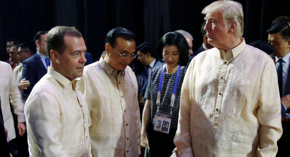 Premier Rosji Dmitrij Miedwiediew i prezydent USA Donald Trump na kolacji z okazji 50-lecia ASEAN w Manili