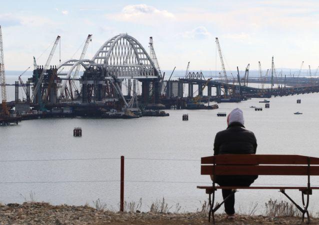 Instalacja łuku drogowego w procesie budowy Mostu przez Cieśninę Kerczeńską