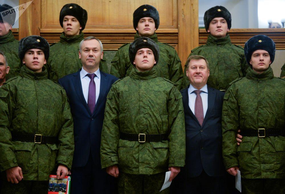 Rekruci do Pułku Prezydenckiego z prezydentem Nowosybirska