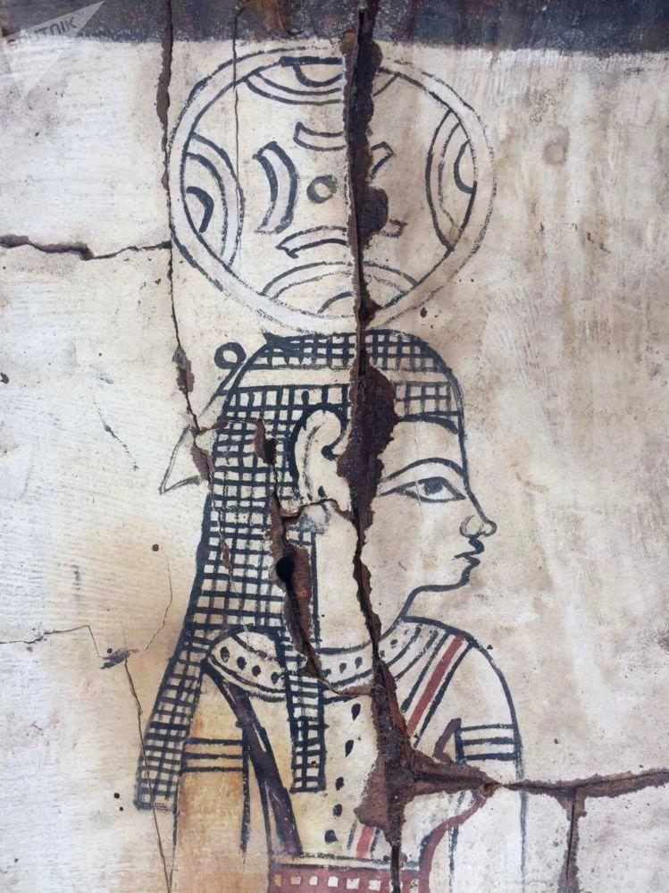 Drewniany sarkofag, w którym została odkryta mumia, został mocno uszkodzony, jednak pozostały na nim pewne wyraźne rysunki.