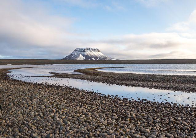 Widok na skały wyspy Bella, Ziemia Franciszka-Józefa