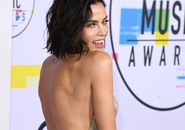 Jenna Dewan Tatum na ceremonii wręczenia nagród American Music Awards 2017 w Los Angeles