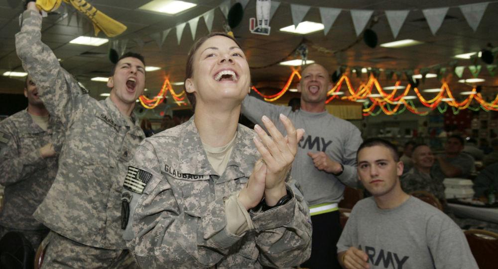 Żołnierze amerykańskiej armii podczas odpoczynku w barze