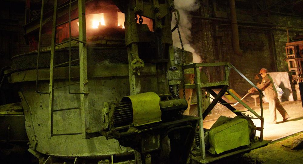 Pracownicy w odlewni Kurgańskiej Fabryki Maszyn w miejscowości Kurgan