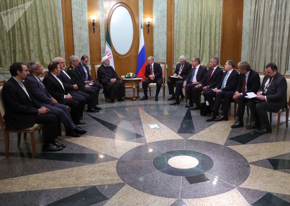Prezydent Iranu Hasan Rouhani i prezydent Rosji Władimir Putin na spotkaniu w Soczi