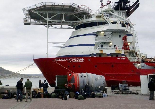 """Amerykańscy marynarze biorący udział w poszukiwaniach zaginionego okrętu podwodnego """"San Juan"""", Argentyna"""