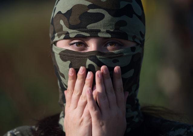 Młoda kobieta z żenśkiego pododdziału batalionu Ruś w Doniecku