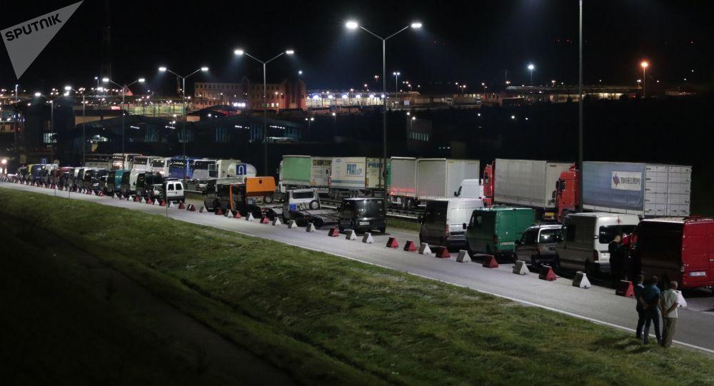 Obywatele Ukrainy na międzynarodowym punkcie granicznym na polsko-ukraińskiej granicy