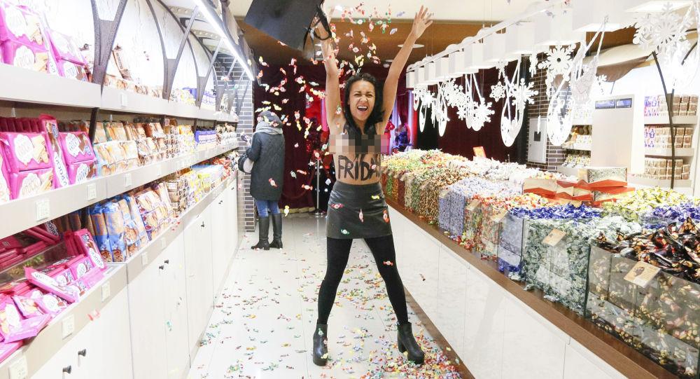"""Aktywistka Femen ogłosiła """"wyprzedaż"""" w kijowskim sklepie Roshen"""