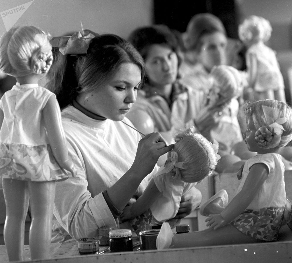 Pracownica Ałma-Atinskoj Fabryki Zabawek. 1971 rok.