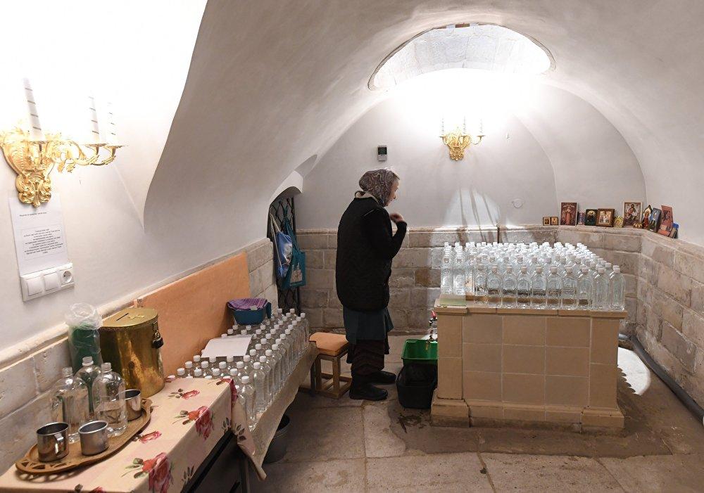 Pieczara Krzyża Świętego. Tu znajdowało się źródło, z którego można było zaczerpnąć wodę święconą.