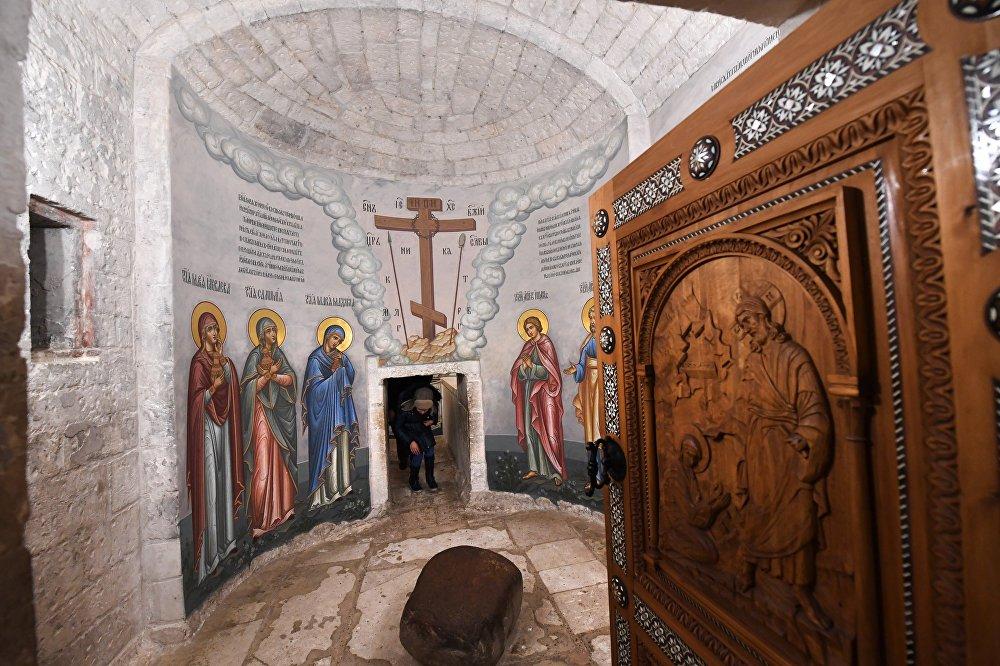 Ołtarz Anioła i okręgły kamień, który został odsunięty od Grobu Pańskiego w noc Zmartwychwstania