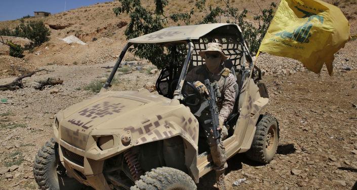 Członek ruchu Hezbollah w pobliżu granicy libańsko-syryjskiej