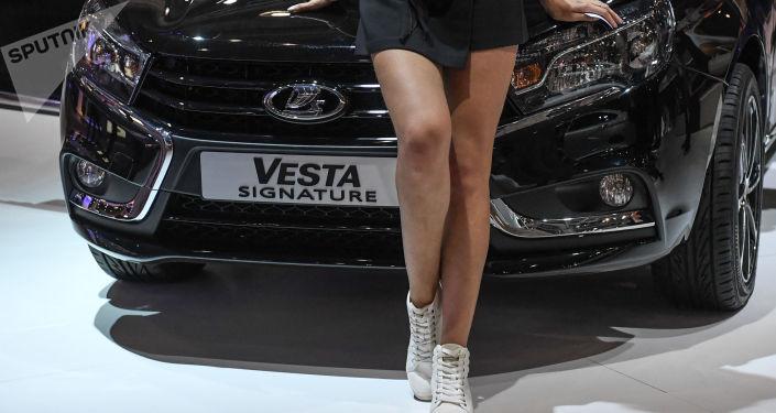 Modelka na stoisku producenta LADA na Moskiewskim Międzynarodowym Salonie Samochodowym 2016