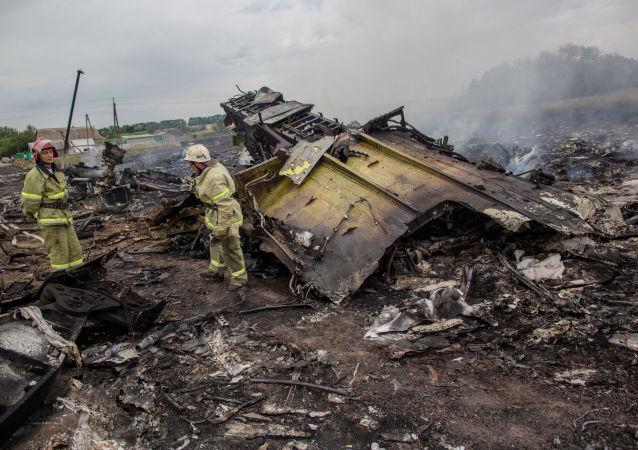 Ratownicy na miejscu katastrofy malezyjskiego Boeinga 777 w obwodzie donieckim