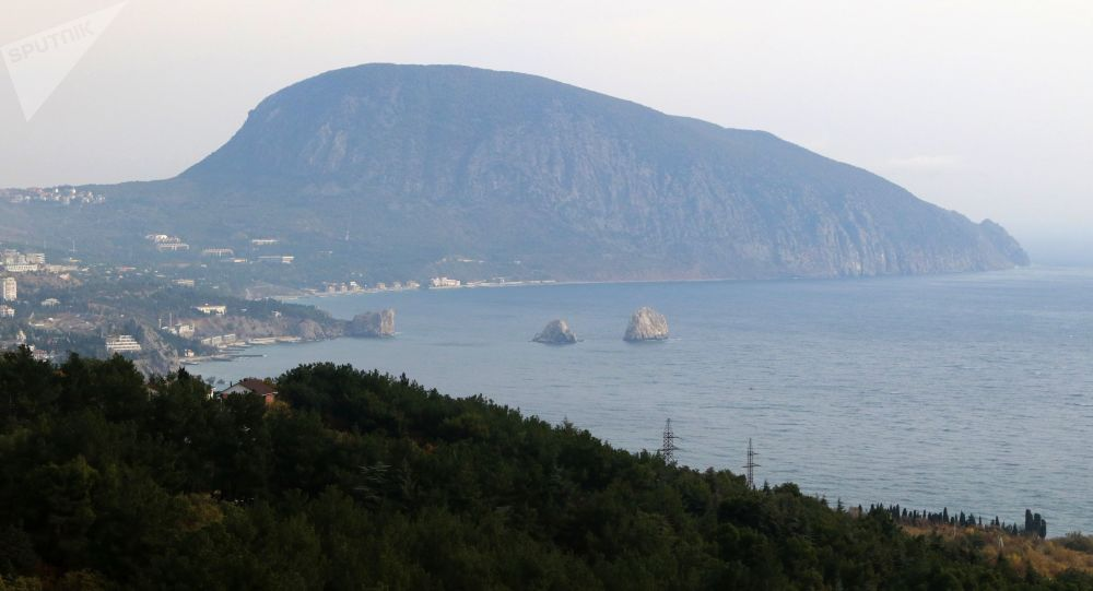 Widok z placu widokowego na Gurzuf i górę Aju Dag