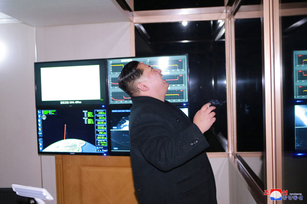 Kim Dzong Un podczas wystrzału międzykontynentalnej rakiety balistycznej Hwasong-15