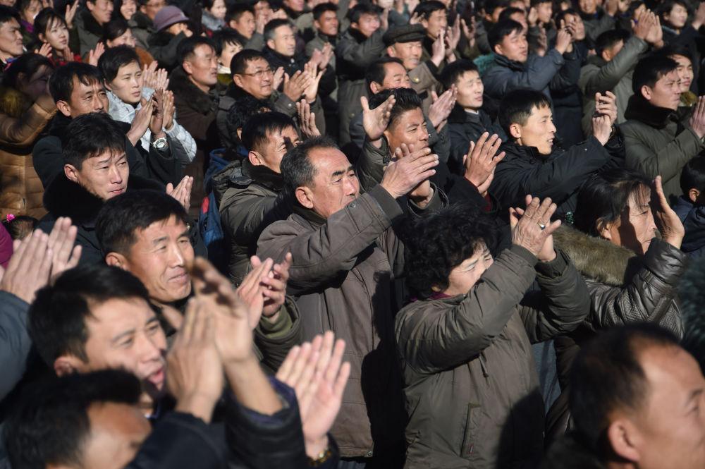 Radość mieszkańców Pjongjangu po pomyślnym wystrzale międzykontynentalnej rakiety balistycznej Hwasong-15