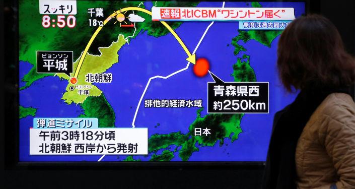 Wiadomość o wystrzale wystrzału międzykontynentalnej rakiety balistycznej Hwasong-15 w Tokio