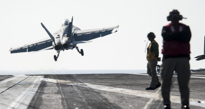 Samolot typu Super Hornet F/A-18F startuje z pokładu USS George H.W. Bush