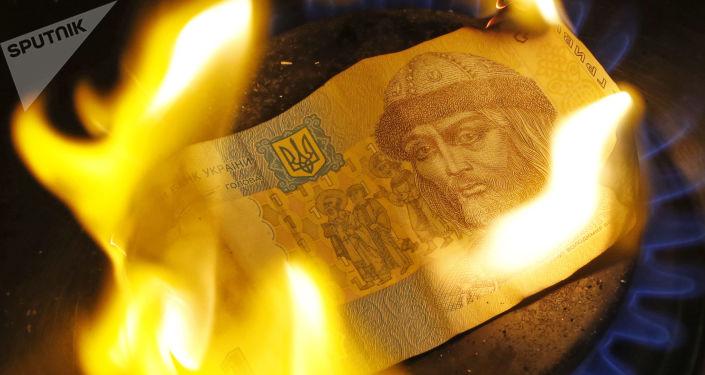 Banknoty hrywny spala się na palniku gazowym
