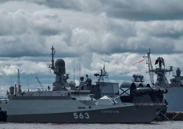 """Mały okręt rakietowy """"Sierpuchow"""", projekt 21631 na Międzynarodowym Pokazie Marynarki Wojennej w Petersburgu"""