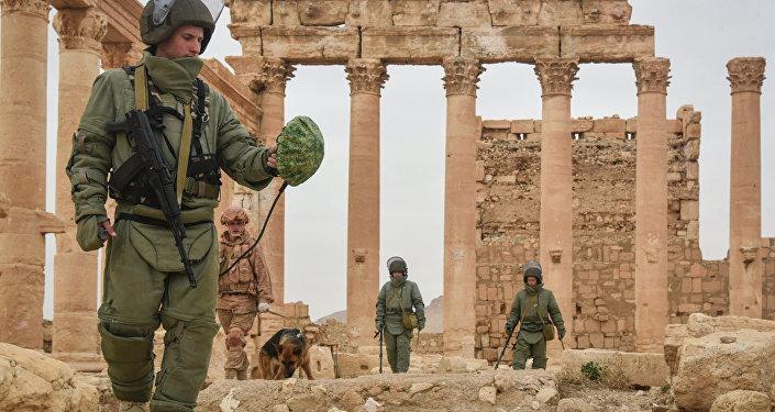 Rosyjscy saperzy rozminowują Palmirę