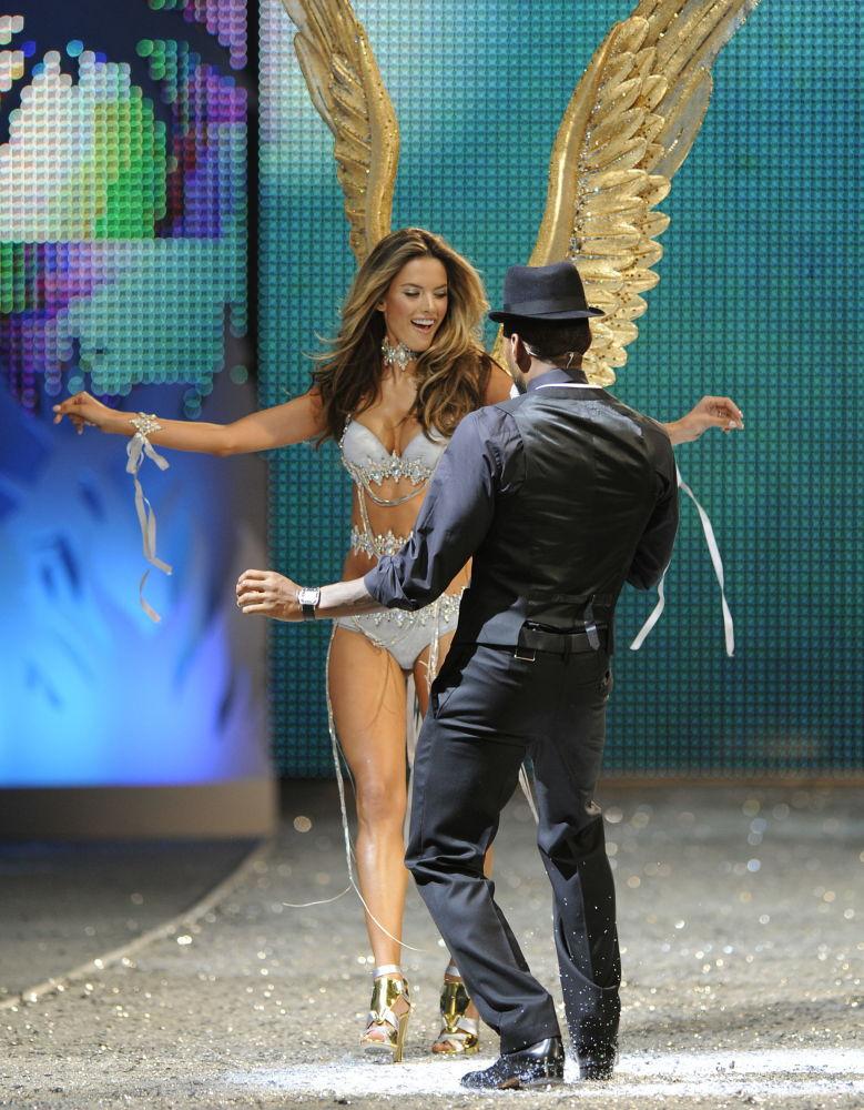 Modelka Alessandra Ambrosio na pokazie Victoria's Secret Fashion Show, 2008 rok