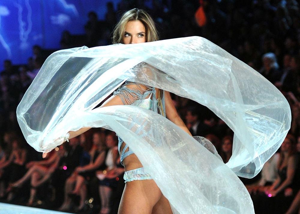 Modelka Alessandra Ambrosio na pokazie Victoria's Secret Fashion Show, 2013 rok