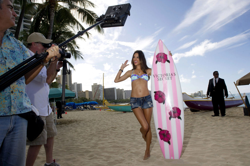 Modelka Alessandra Ambrosio pozuje do reklamy Victoria's Secret, 2011 rok