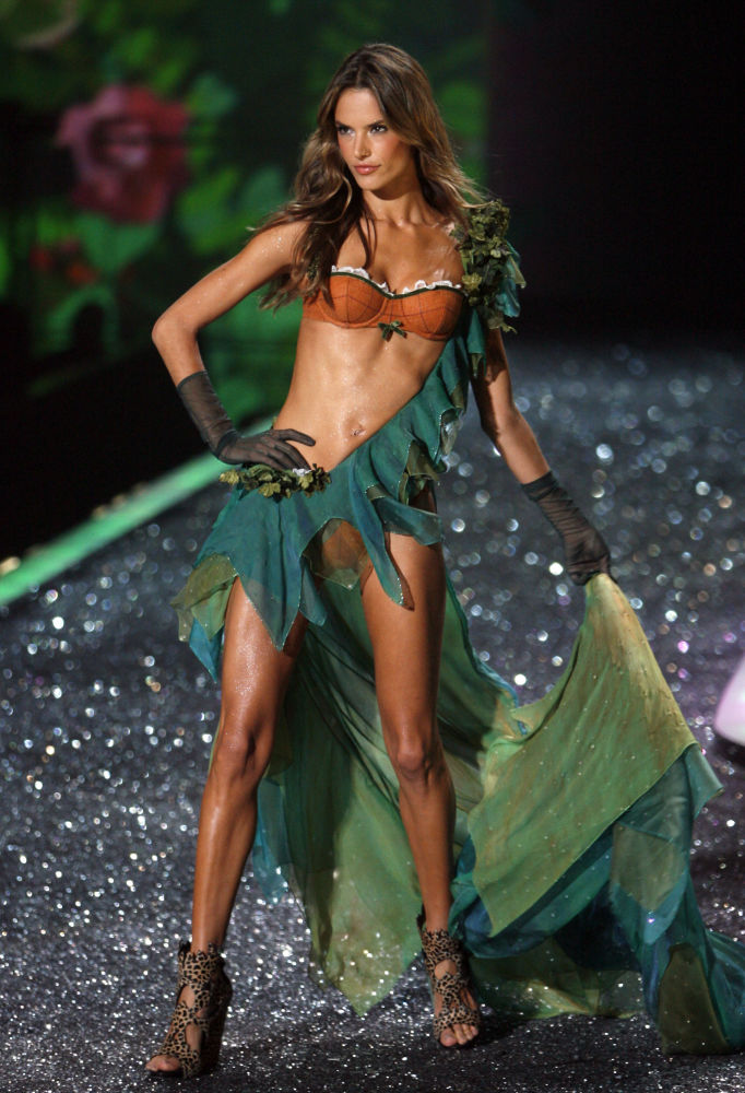 Modelka Alessandra Ambrosio podczas pokazu Victoria's Secret Fashion Show, 2009 rok