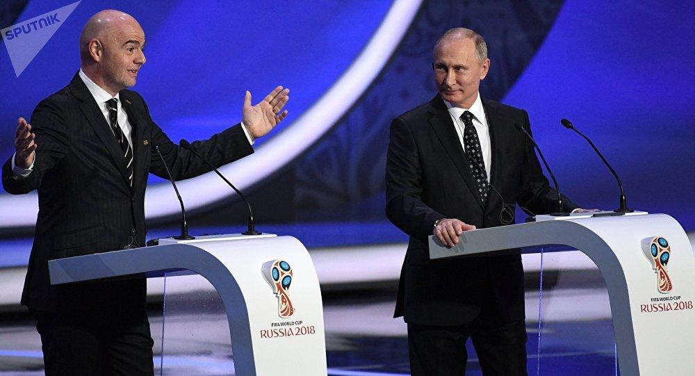 Prezydent FIFA Gianni Infantino i prezydent Rosji Władimir Putin na ceremonii losowania na Kremlu