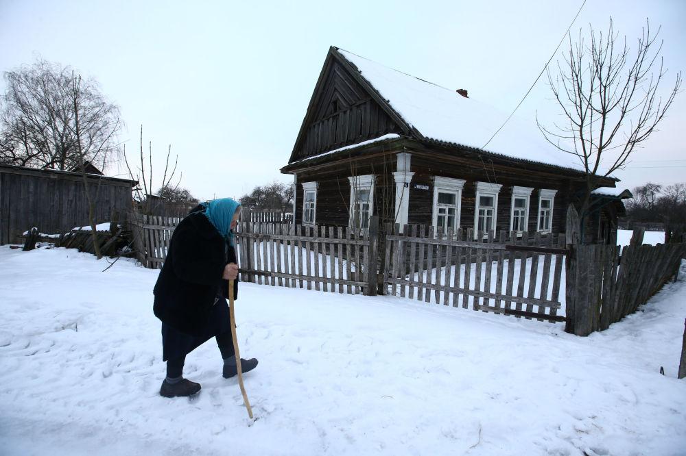 Jekaterina Panczenia mieszka we wsi Pohost. 75-letnia kobieta wszystko robi sama: karmi zwierzęta w stodole, kury na podwórzu, konserwuje warzywa, a także zajmuje się haftem i chóralnym śpiewem.