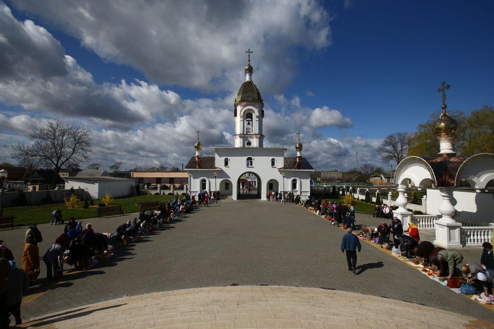 Ludzie z wielkanocnymi kuliczami przy cerkwi w przeddzień prawosławnej Wielkanocy we wsi Turów.