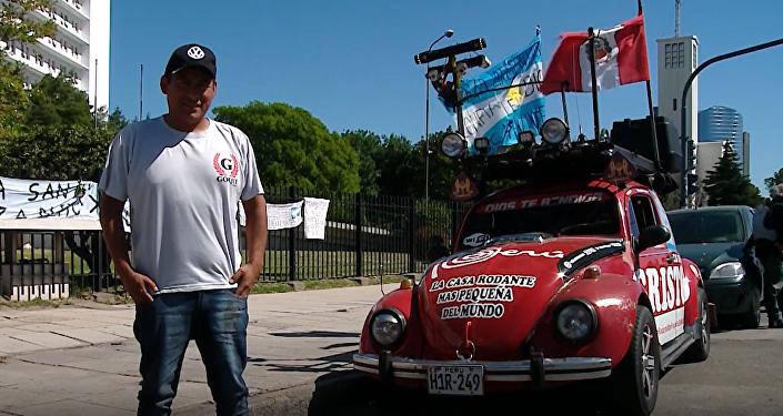 Rodzina Javiera Regalado z Peru już od trzech lat podróżuje i mieszka w maleńkim samochodzie.